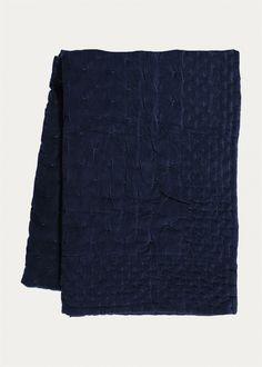 Överkast - bläckblå. Skapa en lyxig känsla i sovrummet med Paolo sängöverkast. Storlek: 270X260 cm. Produktionsland: Indien.