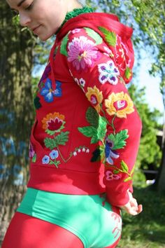 Description:Material: Cotton Linen, Bamboo Embroidery HoopSize: Diameter As the picture showQuantity: 1 x embroidery x needlework x x embroidery x embroidery x embroidery threadsCraft: The embroidery kit contains instructions to teach you how Folk Embroidery, Embroidery Stitches, Embroidery Patterns, Flower Embroidery, Embroidery Techniques, Scandinavian Embroidery, Redo Clothes, Textiles, Flower Fashion