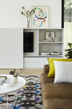 le plus beau salon avec un canapé jaune en cuir, portes coulissantes