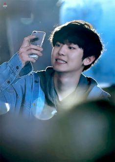 He loves taking photos with the fans phones 💙 181020 - Busan One Asia Festival Opening Concert. Kaisoo, Exo Ot12, Chanbaek Fanart, Baekhyun Chanyeol, K Pop, Rapper, Luhan And Kris, Exo Concert, Exo Lockscreen