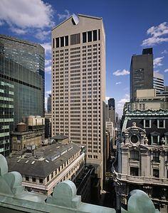 Philip johnson's at&t building - 1978 ontworpen en voltooid in 1984, Madison avenue 550 NYC. Geen sober plat dak. Terugval in de praalzucht van art deco,