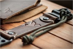 Jbird Collective é uma empresa de design de Portland, com foco em produtos únicos artesanais de couro, combinando estilo com materiais de herança e recursos de tecnologia. O belo Chaveiro Militar é feito à mão, em couro vegeta
