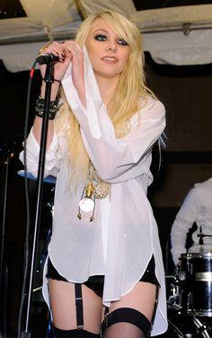 From 'Gossip Girl' To Rebellious Rocker: Hot Shots Of Taylor Momsen! Jenny Humphrey, Taylor Michel Momsen, Heavy Metal Girl, Women Of Rock, Mein Style, Grunge Outfits, Divas, Punk, Celebs