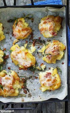 Hunnuta murskatut perunat pekoni-juustoseoksella ja anna niille sitruunakylpy. Täytteeksi sopii myös kinkku, tonnikala ja paistettu sipuli.