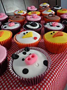 Cupcakes decorados em Pasta Americana com o Tema Fazendinha !!! Porquinha, Cachorrinho, Patinho, Galinho, Ovelhinha e Vaquinha !!! Opções de massa, recheio e cobertura na Página Inicial !!! Pedido Mínimo: 12 Unidades ** PODE SER FEITO EM OUTRAS CORES ** Retirada ou Entrega: Somente em SP e Grande SP (Consulte-nos sobre Taxa de Entrega) ** SÓ UTILIZAMOS PRODUTOS DE PRIMEIRA LINHA ** ** CONSULTE OPÇÕES DE EMBALAGEM NO ÁLBUM CUPCAKES & ACESSÓRIOS ** R$ 5,50