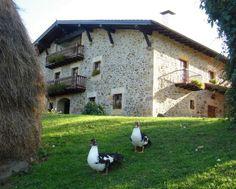 GUIPÚZCOA, ZERAIN. Caserío Oiharte, antiguo caserío vasco del siglo XVIII. Cuenta con 6 habitaciones dobles con baño y balcón o terraza. Además dispone de salón-comedor, zona de lectura y un pequeño Museo de la Cocina Tradicional. En el exterior posee un amplio porche, huerta, jardín y pequeña granja. También podrá disfrutar de nuestra Sidrería que ofrece una sidra natural de cosecha propia. En los alrededores San Sebastián a 40 km., Bilbao a 80 km., Vitoria a 70 km. y Pamplona a 75 km.
