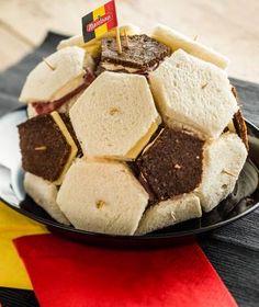 Mini-Sandwiches in voetbalvorm Mini Sandwiches, Crackers, Birthday, Football Soccer, Pretzels, Birthdays, Dirt Bike Birthday, Biscuit, Birth Day
