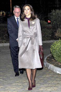 Uanset farve og årstid - så bærer kronprinsesse Mary sine mange forskellige frakker med stilfuld ynde.