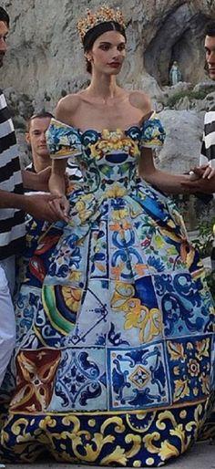 Dolce and Gabbana Haute Couture 2014. Wooow, si q es para una reina. Excesivo, pero bello.