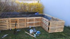 MES-MADE: A raised bed made of pallets part 1 (construction), # construction # raised bed … - Modern Fenced Vegetable Garden, Raised Garden Beds, Raised Beds, Bed Made From Pallets, Potager Palettes, Le Baobab, California Backyard, Pallet Fence, Palmiers