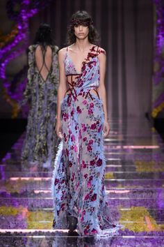 Atelier Versace Haute Couture Fall 2015/2016. See all the best looks from Paris.