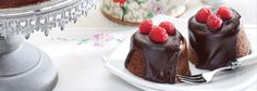 Impress your guests with this dreamy cake, filled with delectable chocolate. The perfect way to finish off a delicious meal. Round Cake Pans, Round Cakes, Fresh Cream, Vanilla Essence, Cake Flour, Chocolate Cupcakes, Cupcake Recipes, Kos, Sweet Treats