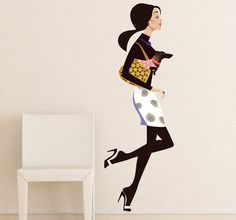 A wall sticker showing an elegant young woman weary trendy clothes and carrying a little dog in her purse. Ideal for decorating your bedroom if you are a lover of style and the latest fashions. #Decoration #Fashion #Style