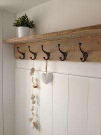 Stijlvolle en stoere kapstok van steigerhout met mooie haken. Kijk voor haken op: http://www.corneliashome.nl/c-3203318/knopjes-haakjes/
