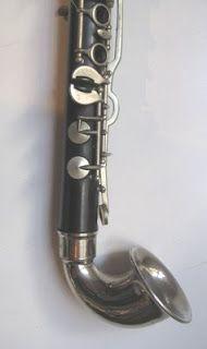 pavillon de clarinette en Ut Couesnon   Le pavillon des clarinettes courbe Couesnon est beaucoup moins évasé et moins recourbé que ceux d'autres modèles de Saxonets, le son est dirigé plus à l'horizontal.