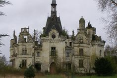 What it must have been, one can barely see now. All that is left are its bones, it seems. Abandoned Property, Abandoned Castles, Abandoned Places, Architecture Old, Beautiful Architecture, Beautiful Buildings, Old Mansions, Abandoned Mansions, Old Buildings