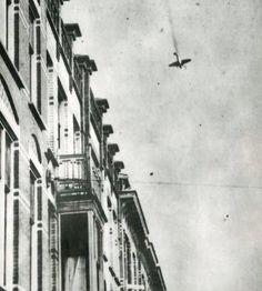 20 mei 1940. Een Duits vliegtuig stort neer op de Adelheidstraat.