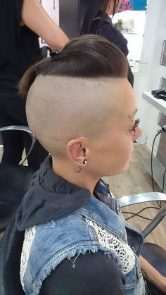 This shaved short girl hairstyles really are fabulous Half Shaved Head Hairstyle, Half Shaved Hair, Shaved Undercut, Shaved Nape, Shaved Sides, Girl Short Hair, Short Hair Cuts, Short Hair Styles, Undercut Hairstyles
