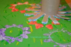 Interaction Imagination: printing a meadow. Preschool Painting, Preschool Art Projects, Art Activities, Preschool Crafts, Preschool Ideas, Toddler Activities, Toilet Roll Art, Toilet Paper, Art For Kids