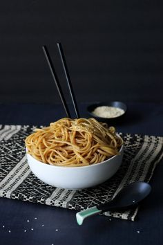 Here's a great way to get Hibachi noodles at home at half the cost. Noodles sauteed in butter, garlic, soy sauce, teriyaki sauce, sugar and sesame oil.( Lets make this for the day of cooking! Hibachi Recipes, Noodle Recipes, Hibachi Noodles, Hibachi Chicken, Hibachi Fried Noodles Recipe, Hibachi Rice, Thai Noodles, Pasta Dishes, Food Dishes