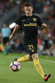 Atletico Madrid's French forward Kevin Gameiro controls the ball during the Spanish league football match FC Barcelona vs Atletico de Madrid at the Camp Nou stadium in Barcelona on September 21, 2016. / AFP / PAU BARRENA