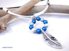 Collier perles bleues blanches et breloque par Axellecreations