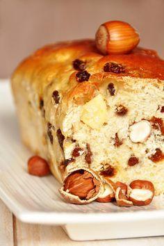 Brioche maison aux noisettes et raisins secs - recette facile frühstück - Easy Breakfast Recipe ideas Cooking Bread, Bread Baking, Delicious Desserts, Dessert Recipes, Yummy Food, Homemade Brioche, Loaf Recipes, Bread And Pastries, Sweet Bread