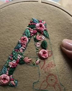 Broderie Stickbuchstaben Tutorial Monogramme 60 Ideen Your Attitudes Are The Clothes Of You Hand Embroidery Stitches, Embroidery Hoop Art, Crewel Embroidery, Cross Stitch Embroidery, Embroidery Ideas, Knitting Stitches, Floral Embroidery, Simple Embroidery, Embroidery Supplies