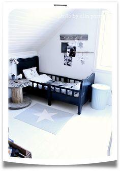 Musta sänky, tähtimatto, peltitynnyri, naulakko ja seinälamppu