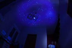 Con luz ultravioleta se ven las constelaciones. El techo es de color blanco.