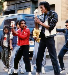 A young Alfonso Ribeiro, before he joined the Fresh Prince of Belair television series, dance with his music idle MICHAEL JACKSON in a PEPSI commercial. The Jackson Five, Jackson Family, Janet Jackson, Michael Jackson Memes, Young Michael Jackson, Alfonso Ribeiro, Gta San Andreas, Andy Samberg, Paris Jackson