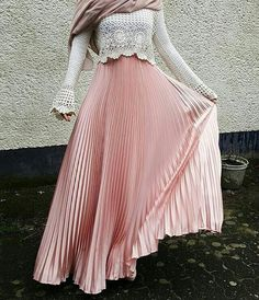 Hijab Fashion Nuriyah O Martinez faaaatmanur Modest Wear, Modest Dresses, Modest Outfits, Skirt Outfits, Hijab Outfit, Hijab Dress, Dress Skirt, Pleated Skirt, Islamic Fashion