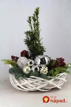 Kúpili len holý kruh z prútia za pár drobných: Keď uvidíte tie úžasné … Christmas Flower Arrangements, Christmas Table Centerpieces, Christmas Flowers, Christmas Tablescapes, Noel Christmas, Christmas Candles, Rustic Christmas, Xmas Decorations, Christmas Crafts