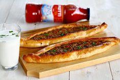"""Pide turcești cu vită și legume – """"pizza"""" turcească Hot Dog Buns, Hot Dogs, Pizza, Pastry And Bakery, Deserts, Food And Drink, Appetizers, Bread, Dinner"""