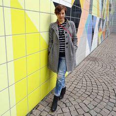 Instagram: Kleiderordnung (@kleider.ordnung) Mit Mantel, Jeans und Streifen in schwarz und weiß vor der Kachelwand an der Kunstsammlung NRW #mode #kunst #düsseldorf #kleiderordnung #schwarzundweiss #jeans #mantel