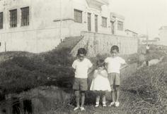 Hermanos Llanos, 1954.  Foto tomada en la calle Ibaiondo, en el límite de Getxo con Leioa.  Detrás el edificio de la antigua huesera de Lamiako (Cedida por Karla Llanos) (ref. 04598)