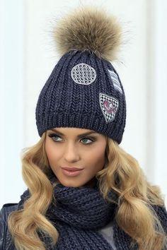Świetna czapka Kamea Bożena - modne naszywki i ten mega stylowy pompon :) Więcej kolorów na stronie - warto sprawdzić:)