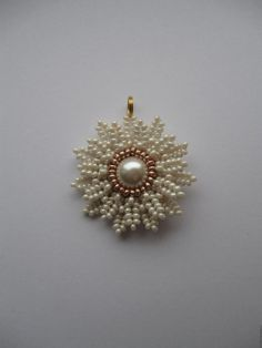 """Seed bead jewelry Master Class """"Daisy Pendant"""" (translate) ~ Seed Bead Tutorials Discovred by : Linda Linebaugh Beads Jewelry, Bead Earrings, Pendant Jewelry, Beaded Necklace, Beaded Bracelets, Pearl Pendant, Flower Pendant, Seed Bead Flowers, Beaded Flowers"""