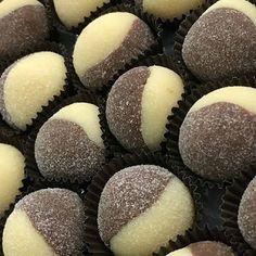 Deliciosas Receitas De Brigadeiros Caseiros😋😋, Clique👆 2 Vezes Na Foto Para Ver👀 Baking Recipes, Cake Recipes, Dessert Recipes, Cupcakes, Cupcake Cakes, Fun Desserts, Delicious Desserts, Chocolate Garnishes, Biscotti Cookies