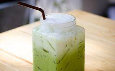 Unser Sommerdrink: Matcha Ice-Latte! Das It-Getränk der Stars wird unser liebster Sommerdrink! Statt Latte Macchiato gibt's bei uns nämlich Matcha Latte und zwar mit Eis! Hier das Rezept!