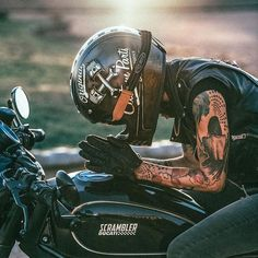 Cafe Racer Girl, Motorcycle Style, Biker Style, Motorcycle Gear, Lady Biker, Biker Girl, Ducati Sport Classic, Suzuki Cafe Racer, Chicks On Bikes