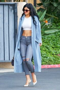 A baby blue duster coat and grey destroyed skinny jeans feel perfectly suited for weekend activities of all kinds. Add white leather pumps to your look for an instant style upgrade.