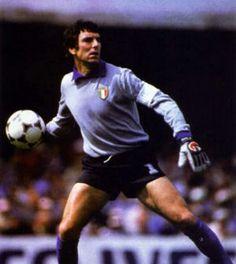 Dino Zoff(* Mariano del Friuli, 28 de febrero de 1942), es un ex futbolista italiano, ganador de la Copa del Mundo (España 1982). Es considerado uno de los mejores porteros de la historia.
