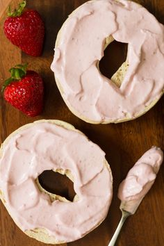 cream cheese recipes Make your own strawberry flavored cream cheese with this strawberry cream cheese recipe! All you need is three ingredients and a food processor or blender. Flavored Cream Cheeses, Cream Cheese Recipes, Köstliche Desserts, Delicious Desserts, Desserts Nutella, Nutella Cheesecake, Cheese Bagels, Cheese Pastry, Cheese Food