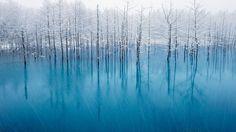 大自然を満喫できる北海道。冬は極寒の地へと変わります。極寒の北海道だからこそ見られる絶景の数々、自然って最高の贈り物だなあと思える最高傑作の絶景をご紹介します。ただし、冬の北海道の交通事情は想像以上に厳しいです。自分で車を運転する際にはくれぐれも細心の注意を!   1.青い池【美瑛町】...