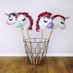 een geweldig eenhoorn stokpaard om zelf te maken! Inclusief naaipatroon en werkbeschrijving