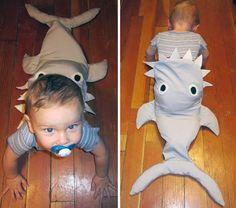 Costume di Halloween con bambino divorato da uno squalo