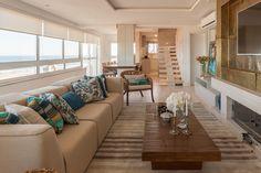 O mar e seus encantos estão presentes nesta obra-prima projetada pela arquiteta Adriane Karkow. Um projeto no qual a paisagem faz parte da ambientação. O apartamento, de 350 m² em Torres, tem uma visão privilegiada do horizonte azul.