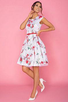Nádherné šaty jako stvořené na svatby, letní párty, večírky nebo na pracovní schůzku. Bílá barva s potiskem červených květů spolu s perfektním střihem jsou hlavními trumfy těchto krásek. Pohodlný střih s lodičkovým výstřihem, krátkým rukávkem, zapínáním na zadní straně na skrytý zip, součástí fialový pásek, Materiál 95% polyester, 5% elastan.