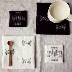 モノトーン。 潔い、清楚なかわいらしさがありますね😌 #コースター#リネン#刺し子#ちくちく #手仕事#ハンドメイド#handmade #kumako365#日々#暮らし#カトラリー#雑貨 Sashiko Embroidery, Japanese Embroidery, Modern Embroidery, Embroidery Art, Cross Stitch Embroidery, Embroidery Patterns, Textiles, Sewing Crafts, Sewing Projects